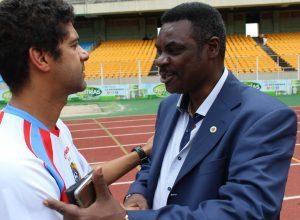 """Le Vice-président de la FECOFA et Coordonnateur des Equipes nationales RD Congo congratule Jean-François MBUYI """"JF"""" lors d'un regroupement des Léopards au pays"""