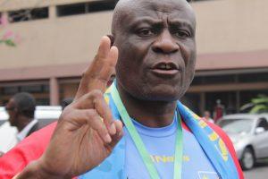 Le Président de la FECOFA y croyait ferme comme il le montre ici à Béatrice Hôtel avant d'aller d'aller au stade