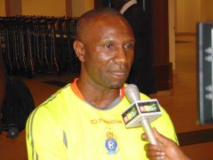 Florent Ibenge Ikwange répond à la presse locale dans l'aérogare de Conakry aux petites heures de Kinshasa...